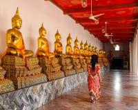 Boeddhistische standbeelden in boeddhistische tempel in Bangkok stock fotografie