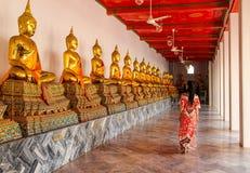 Boeddhistische standbeelden in boeddhistische tempel in Bangkok stock afbeelding