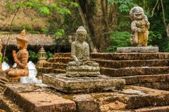Boeddhistische standbeelden in Wat Pha Lat in Chiang Mai, Thailand Stock Foto's