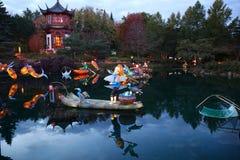 Boeddhistische stijlpagode op het meer met lelies royalty-vrije stock afbeelding