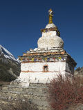 Boeddhistische stupa in Himalayan-bergen Stock Fotografie