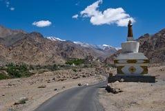 Boeddhistische stupa op weg aan Liker-Klooster in India Stock Foto's