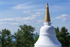 Boeddhistische stupa tegen de hemel royalty-vrije stock afbeeldingen