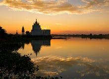 Boeddhistische tempel dichtbij de brug van U bein Stock Foto's