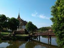 Boeddhistische Tempel en Voetgangersbrug Stock Foto's