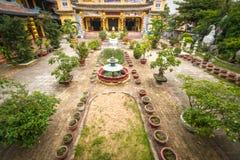 Boeddhistische tempel en zijn groene werf in Hoi An. Stock Foto's