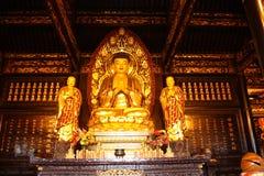 Boeddhistische Tempel. Gouden standbeeld van Boedha. stock afbeeldingen
