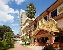 Boeddhistische tempel tegen wolkenkrabbers in Penang Royalty-vrije Stock Afbeeldingen