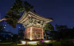 Boeddhistische tempelpagode bij nacht in Seoel stock fotografie