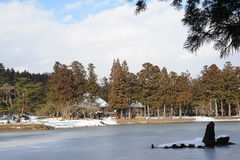 Boeddhistische tempeltuin met een vijver in de winter in Japan Stock Afbeeldingen