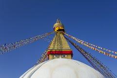 Boeddhistische Tibetaanse witte stupatempel Bodnath in Katmandu met multicolored gebedvlaggen tegen een schone blauwe hemel stock afbeeldingen