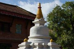 Boeddhistische toren in de binnenplaats van een flatgebouw Stock Afbeeldingen
