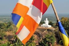 Boeddhistische vlag en Boedha, Mihintale, Sri Lanka Stock Afbeeldingen
