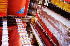 boeddhistische vlaggen en het textiel hangen van het dak van een klooster stock foto's
