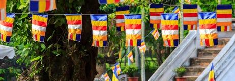 Boeddhistische vlaggen in Boeddhistische tempel met exemplaarruimte Symbool van Verering, Overtuiging, Cultureel Godsdienstig con stock afbeelding