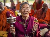 Boeddhistische Vrouw die bij Mahabodhi-Tempel in Bodhgaya, India bidden royalty-vrije stock foto's