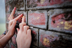 Boeddhistische vrouw die de bakstenen muur met Bladgoud vergulden Royalty-vrije Stock Foto