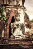 Boedha bij Wat Mahathat-ruïnes onder zonsonderganghemel thailand royalty-vrije stock afbeeldingen