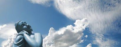 Boedha die in zonneschijn op blauwe hemel zonnebaden royalty-vrije stock afbeelding