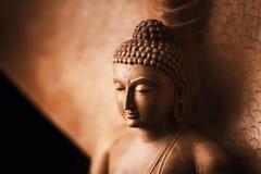 Boedha in een meditatie stelt, onder bescherming van Muchalinda stock foto's