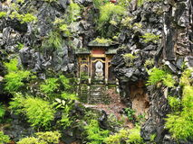 Boedha in een paviljoen op de heuvel Stock Afbeeldingen