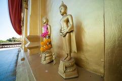 Boedha op Chedi Buddhakhaya, wordt gebouwd om Mahabodhi-stupa van Bodhgaya in India na te bootsen, een symbool van Sangklaburi, K Stock Fotografie