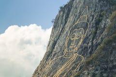 Boedha op klip Stock Afbeeldingen