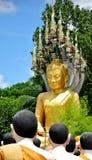Boedha Statie met naga die over in Wat Chak Yai, Chanthaburi, Thailand behandelen Royalty-vrije Stock Afbeeldingen