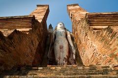 Boedha staue in de tempelruïnes van sukhothai Stock Afbeelding