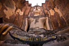 Boedha staue in de tempelruïnes van sukhothai Stock Foto's