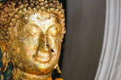 Boedha in tempel met de godsdienst van het bladgoudboeddhisme voor backgrou royalty-vrije stock afbeelding