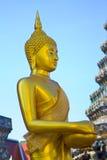 Boedha Thai met blauwe hemel Royalty-vrije Stock Fotografie