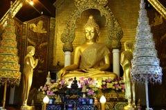 Boedha in Thaise kerk Stock Afbeeldingen