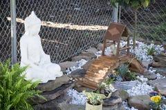 Boedha in zijn tuin royalty-vrije stock afbeeldingen