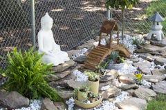 Boedha in zijn tuin royalty-vrije stock afbeelding