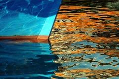 Boeg van boot in gouden bezinningen royalty-vrije stock foto