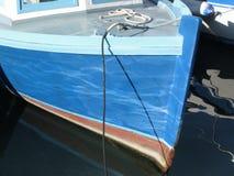 Boeg van een blauwe houten die vissersboot in de haven wordt vastgelegd Toscanië, Italië royalty-vrije stock afbeelding