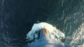 Boeg van een Schip in de Onderbrekingen van de Waterboog van Overzeese Golven van Waterspiegel