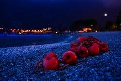 Boeien op een strand bij nacht Stock Foto's