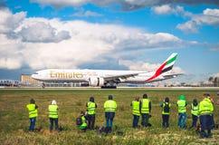 Boeing 777 αερογραμμές εμιράτων, αερολιμένας Pulkovo, Ρωσία Άγιος-Πετρούπολη στις 11 Μαΐου 2016 Στοκ Εικόνες