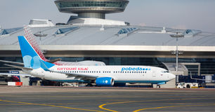 Boeing 737 αερογραμμές Pobeda που στέκονται σε Vnukovo Στοκ Εικόνα