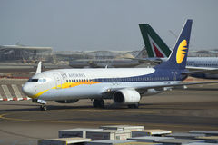 Boeing 737 επόμενη GEN (vb-JBK) κινηματογράφηση σε πρώτο πλάνο εναέριων διαδρόμων αερογραμμών αεριωθούμενη Αερολιμένας του Αμπού  στοκ φωτογραφία με δικαίωμα ελεύθερης χρήσης