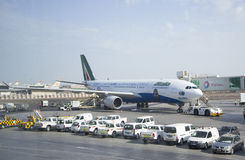 Boeing 737 επόμενοι αεριωθούμενοι εναέριοι διάδρομοι GEN στο Αμπού Ντάμπι στοκ εικόνες