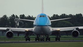Boeing 747-406-μ των αερογραμμών KLM που μετακινούνται με ταξί στο διάδρομο απόθεμα βίντεο