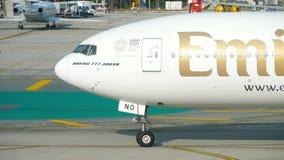 Boeing 777 που μετακινείται με ταξί στον αερολιμένα Phuket απόθεμα βίντεο