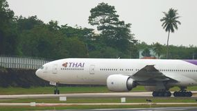 Boeing 777 που μετακινείται με ταξί στον αερολιμένα Phuket φιλμ μικρού μήκους
