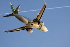 Boeing 737-700 σε έναν μπλε ουρανό Στοκ εικόνα με δικαίωμα ελεύθερης χρήσης