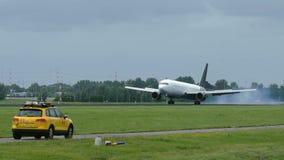 Boeing 767 της προσγείωσης εναέριων διαδρόμων τιτάνων απόθεμα βίντεο