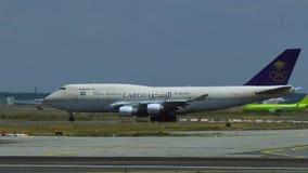 Boeing 747 της σαουδαραβικής φορολόγησης φορτίου στον αερολιμένα του Άμστερνταμ Schiphol απόθεμα βίντεο