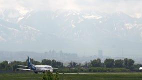 Boeing 737 των αερογραμμών ΠΑΡΑΛΛΑΓΏΝ ΉΧΟΥ ΤΖΑΖ Τοπίο τοπίου με τα βουνά φιλμ μικρού μήκους